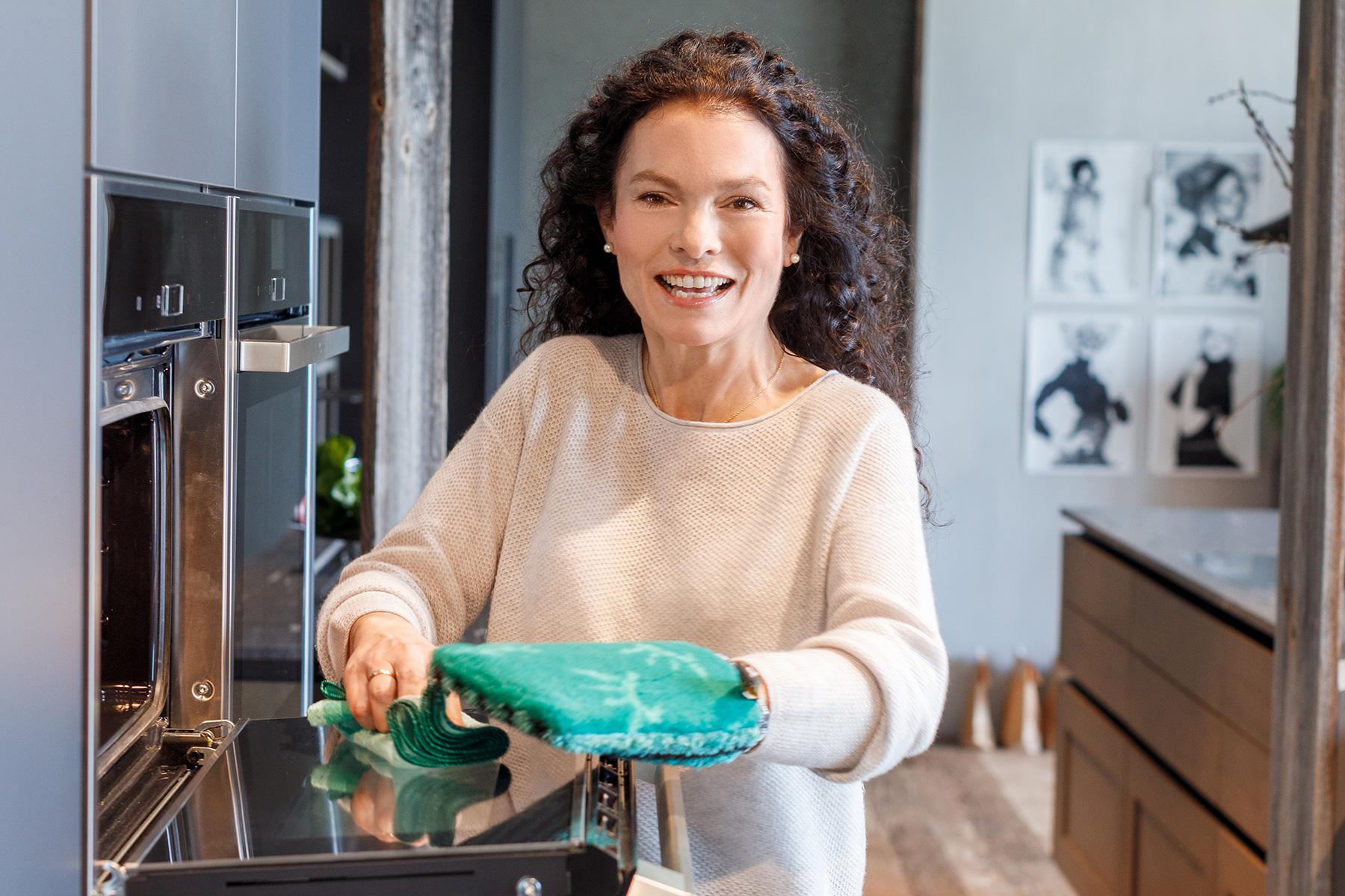 women with kitchen glove frau mit Handschu8h Küche mikrofaser