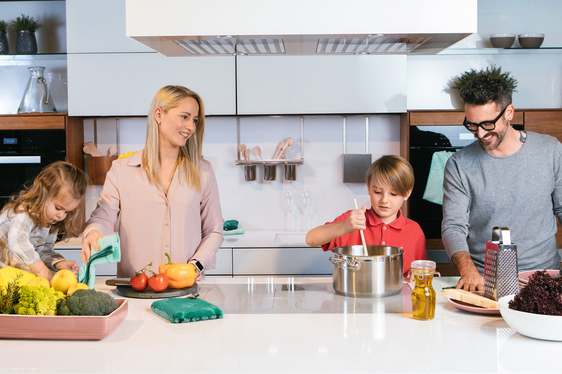 Family Familie ENJO saves money spart geld Küche kitchen